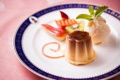 Nachtisch-Karamellpudding mit Eiscreme und Früchten Lizenzfreies Stockfoto
