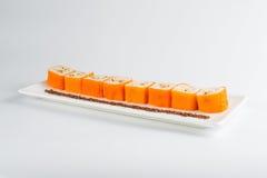 Nachtisch Maki Sushi - rollen Sie mit verschiedener Frucht im Reispudding und Kokosnuss blättert ab Lizenzfreie Stockfotografie