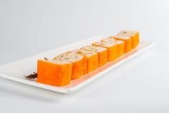 Nachtisch Maki Sushi - rollen Sie mit verschiedener Frucht im Reispudding und Kokosnuss blättert ab Stockbild
