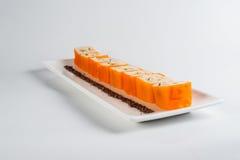 Nachtisch Maki Sushi - rollen Sie mit verschiedener Frucht im Reispudding und Kokosnuss blättert ab Stockbilder