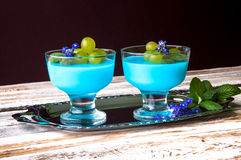 Nachtisch mit blauem Gelee und Trauben Lizenzfreie Stockfotografie