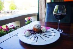 Nachtisch mit einem Glas Wein Stockbild