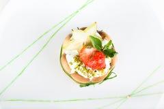 Nachtisch mit einer Erdbeere und einer Kiwi Lizenzfreies Stockfoto