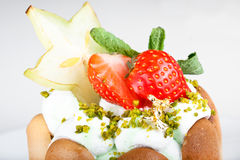Nachtisch mit einer Erdbeere und einer Kiwi Stockfotografie