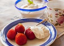 Nachtisch mit Erdbeere und Creme. Stockfoto