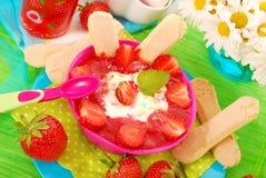 Nachtisch mit Erdbeeren für Schätzchen Lizenzfreies Stockbild