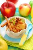 Nachtisch mit gedämpften Äpfeln für Schätzchen Stockbild