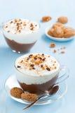 Nachtisch mit Schokolade, Creme und amaretti auf einem blauen Hintergrund Stockfotos