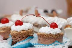 Nachtisch mit Schokoladencreme und Schlagsahne mit Kirsche auf t Lizenzfreies Stockfoto