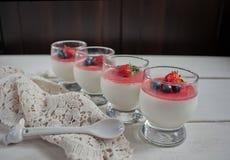 Nachtisch panna Cotta in einem Glas und in frischen Beeren Stockbilder