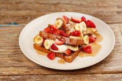Nachtisch routons mit Erdbeeren, Bananen und Eiscreme mit Honig Stockbilder