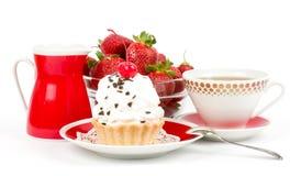 Nachtisch - süßer Kuchen mit Erdbeere und Kirsche Stockbild