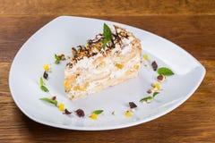 Nachtisch Stück der Torte mit Orange und Banane lizenzfreie stockfotografie
