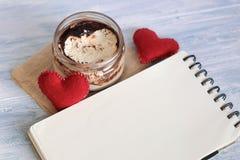 Nachtisch Tiramisu in einem Glas mit Notizbuch Stockfoto