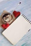 Nachtisch Tiramisu in einem Glas mit Notizbuch Lizenzfreie Stockfotos