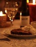 Nachtisch und Wein durch Candlelight Stockbilder
