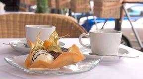 Nachtisch von der Eiscreme mit Tee Lizenzfreie Stockfotografie