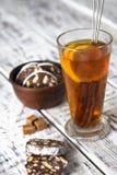 Nachtisch von Plätzchen, Schokolade, Kaffee mit Tee Lizenzfreie Stockfotografie