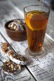 Nachtisch von Plätzchen, Schokolade, Kaffee mit Tee Lizenzfreies Stockfoto