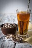 Nachtisch von Plätzchen, Schokolade, Kaffee mit Tee Stockfotos