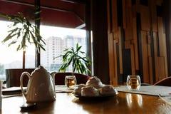 Nachtischauflauf, Teekanne und Teeschalen auf einer Tabelle stockfoto