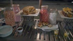 Nachtischbuffettisch - Süßigkeit, Kuchen, Zucker stock video