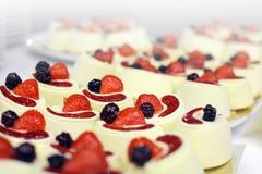 Nachtische mit Früchten, Kremeis, Kekse lizenzfreie stockbilder