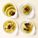 Nachtischkiwi und rote Beeren im Gelee Stockbilder