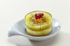 Nachtischkiwi und rote Beeren im Gelee Lizenzfreies Stockfoto