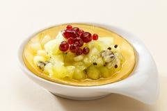 Nachtischkiwi und rote Beeren im Gelee Lizenzfreie Stockfotos