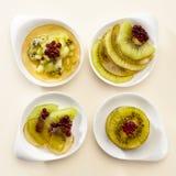 Nachtischkiwi und rote Beeren im Gelee Lizenzfreie Stockfotografie