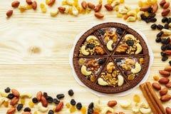 Nachtischschokoladenpizza mit Rosinen und Nüssen Lizenzfreie Stockfotografie