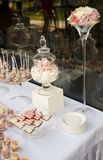 Nachtischtabelle für ein Hochzeitsfest lizenzfreie stockbilder