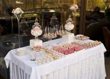 Nachtischtabelle für ein Hochzeitsfest stockbilder