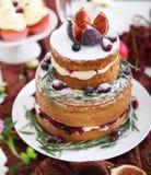 Nachtischtabelle für eine Hochzeit Kuchen, kleine Kuchen, Süsse, Früchte a Lizenzfreies Stockfoto