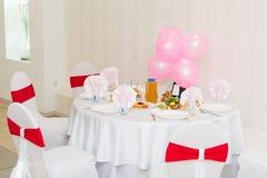 Nachtischtabelle mit Süßigkeit auf einem Geburtstag der Kinder Die feierliche Tabelle der Kinder, Stockfoto