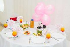 Nachtischtabelle mit Süßigkeit auf einem Geburtstag der Kinder Die feierliche Tabelle der Kinder, Lizenzfreies Stockbild