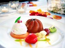Nachtischteller auf dem Restaurant tischfertig SchokoladenEiscreme, Frucht und Kekse Romantischer Restauranttabellenhintergrund Lizenzfreie Stockfotografie