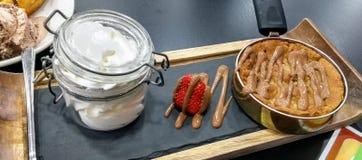 Nachtischwohnzimmerplätzchenschokoladen-Eiscreme Stockfoto