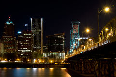 Nachtkade Portland en de brug over de rivier Willamette Stock Foto's