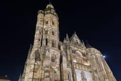Nachtkathedraal van St Elizabeth in Kosice, Slowakije Stock Foto's
