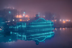 Nachtklub auf Wasser in der Neonbeleuchtung Stockbilder