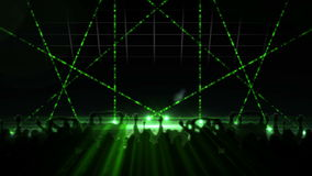Nachtklub mit Lasershow- und -tanzenmenge