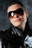 Nachtklubmädchen in den Gläsern Stockfoto