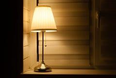 Nachtlampe auf dem Fensterbrett im Raum stockfoto