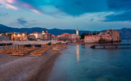 Nachtlandschaft der alten Stadt der Küste lizenzfreie stockfotografie