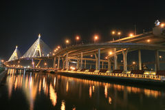 Nachtlandschaft der Bhumibol Brücke in Bangkok Stockbilder