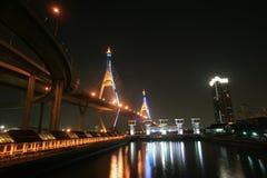 Nachtlandschaft der Bhumibol Brücke und des Schleusentors Lizenzfreies Stockbild