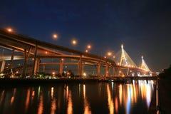 Nachtlandschaft der Bhumibol Brücke und des Vorratsbehälter Lizenzfreie Stockfotografie