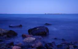 Nachtlandschaft in der langen Belichtung, Steine im Meer Stockbilder